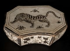 Arte Cinese A white glazed cizhou head rest decorated with tigerChina, Song, 12th century.