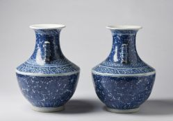 Arte Cinese A pair of large arrow shaped blue and white porcelain vases bearing a double circle blu
