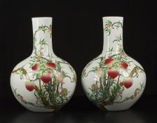 Arte Cinese A pair of tianchuping porcelain vases painted with peaches and bearing a Qianlong six c
