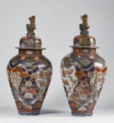 ARTE GIAPPONESE A pair of large Imari porcelain vases and covers Japan, 18th century .