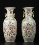 Arte Cinese Pair of Canton famille rose porcelain vases bearing a red Tongzhi seal mark at the base