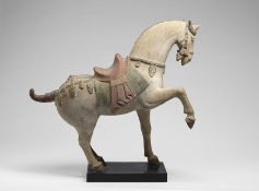 Arte Cinese An earthenware Tang style horse China, Ming or later .