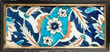 Arte Islamica An Iznik border tile with saz leaves over blue ground Ottoman Turkey, 17th century .