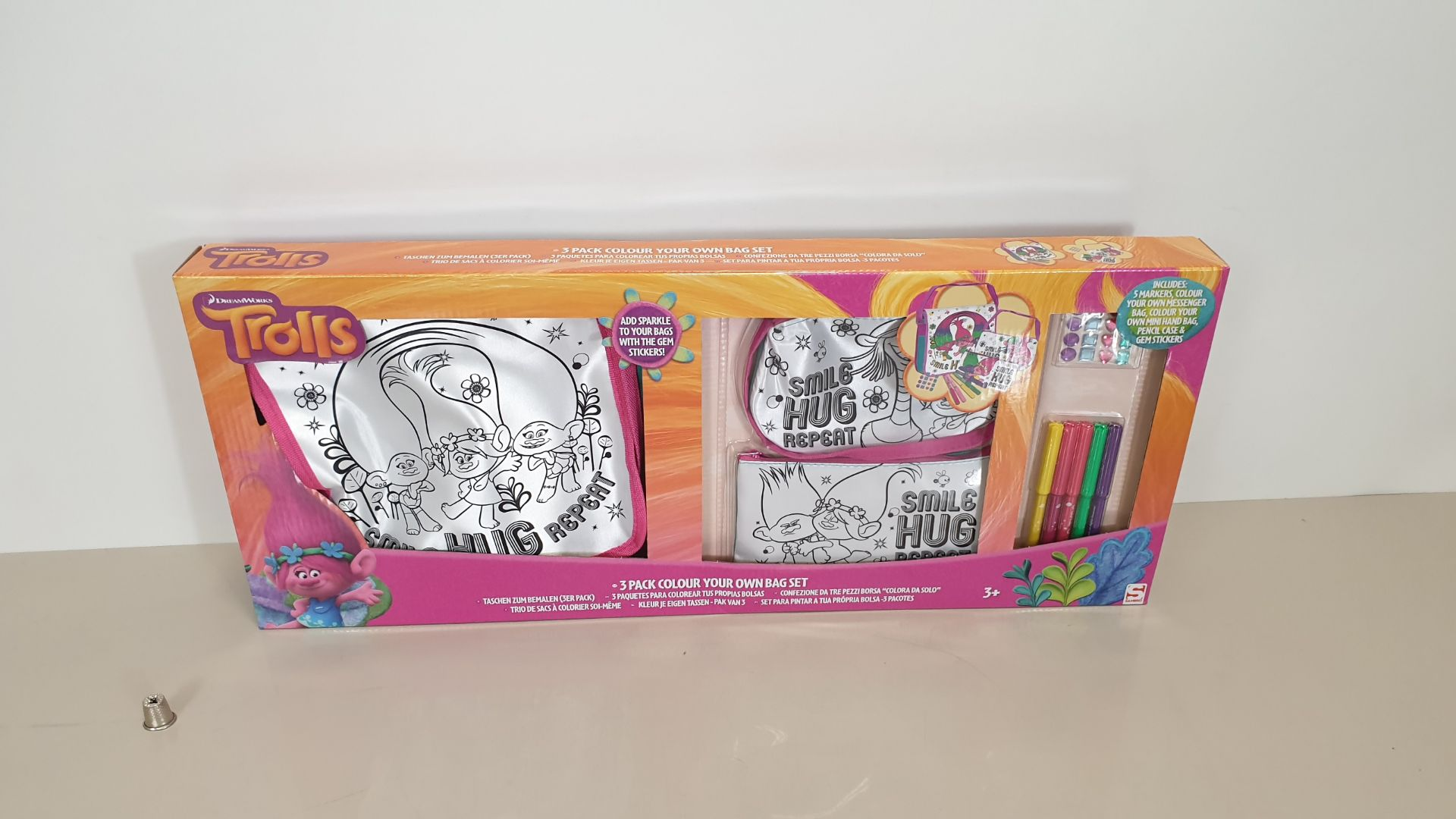 Lot 31 - 60 X BRAND NEW TROLLS (3 PIECE) COLOUR YOUR OWN BAG SET WITH ACCESSORIES IE MARKERS AND GEMS - IN 10
