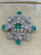 EXQUISITE EMERALD & DIAMOND BROOCH - WHITE METAL TESTED AS AT LEAST 18ct