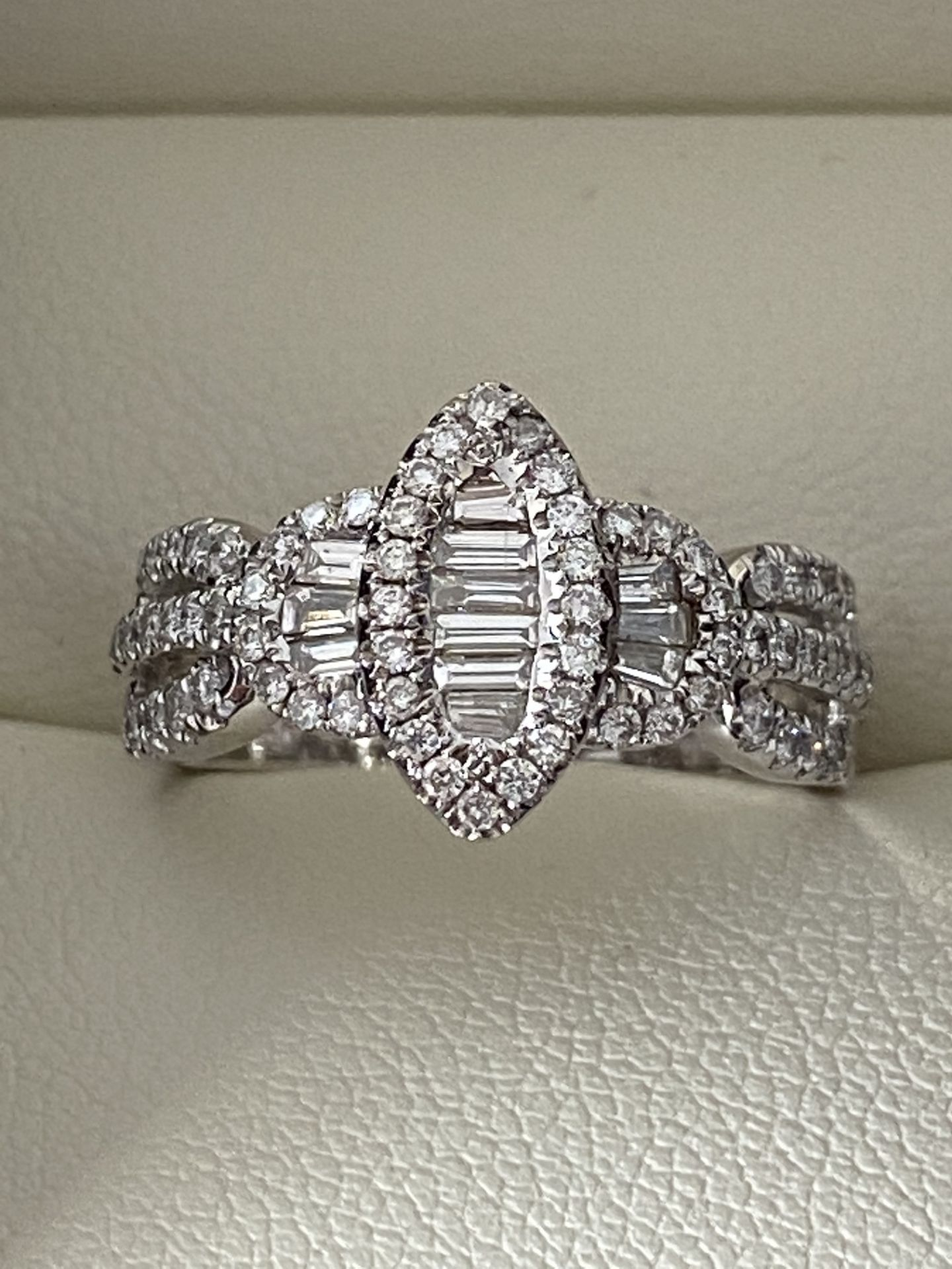 0.69ct DIAMOND MARQUISE SHAPED RING SET IN WHITE GOLD
