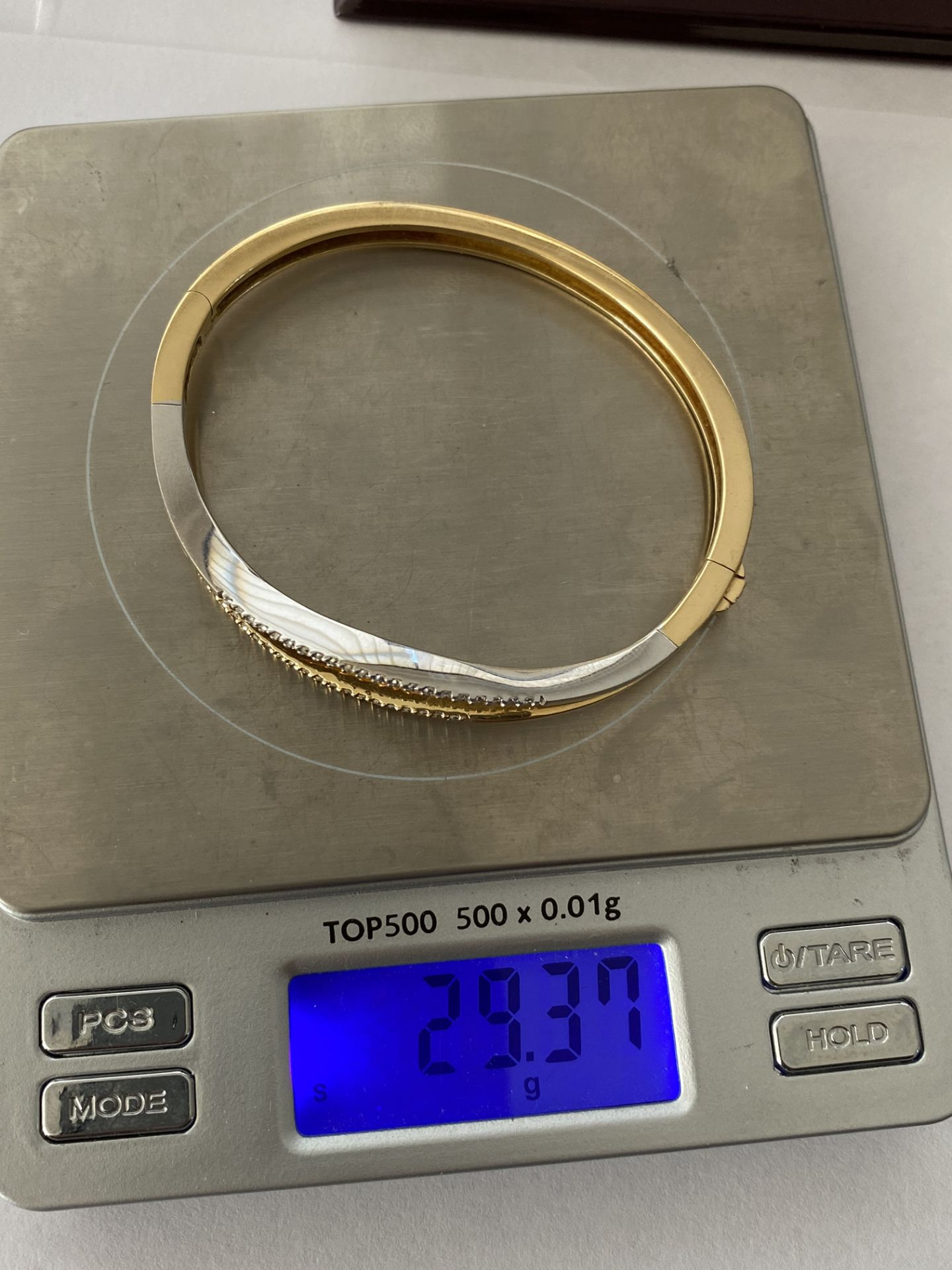 18ct GOLD DIAMOND SET HINGED BANGLE - Image 4 of 6