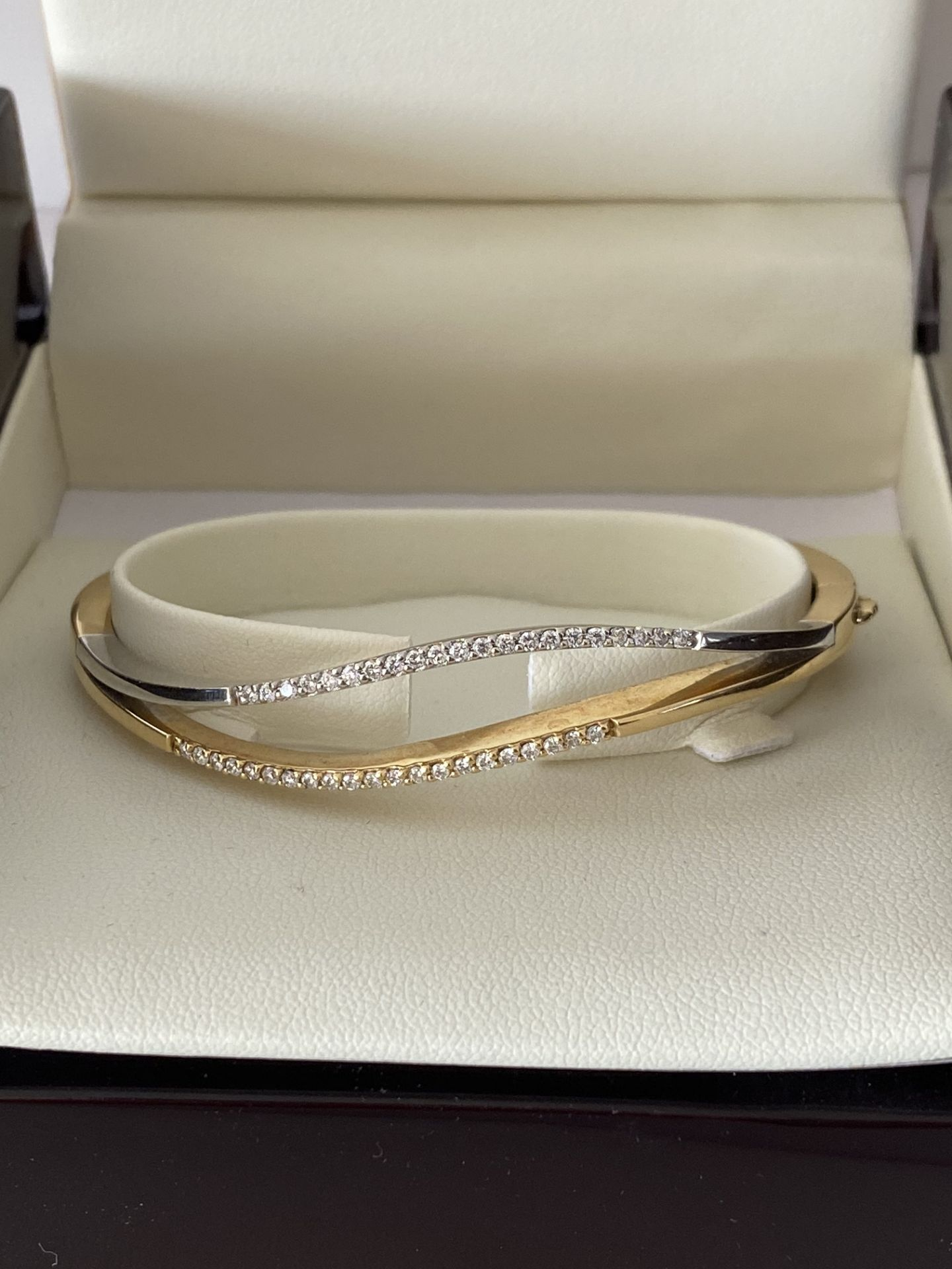 18ct GOLD DIAMOND SET HINGED BANGLE - Image 3 of 6