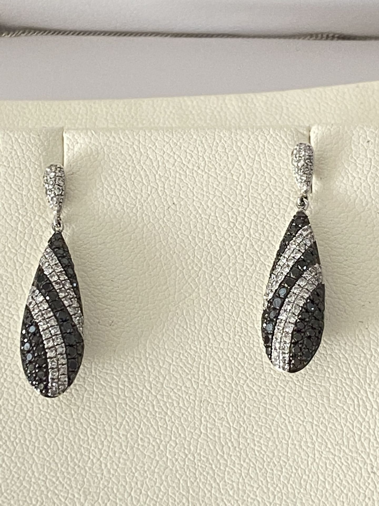 9ct GOLD 1.50ct BLACK & WHITE DIAMOND DROP EARRINGS WITH MATCHING PENDANT - Image 3 of 5