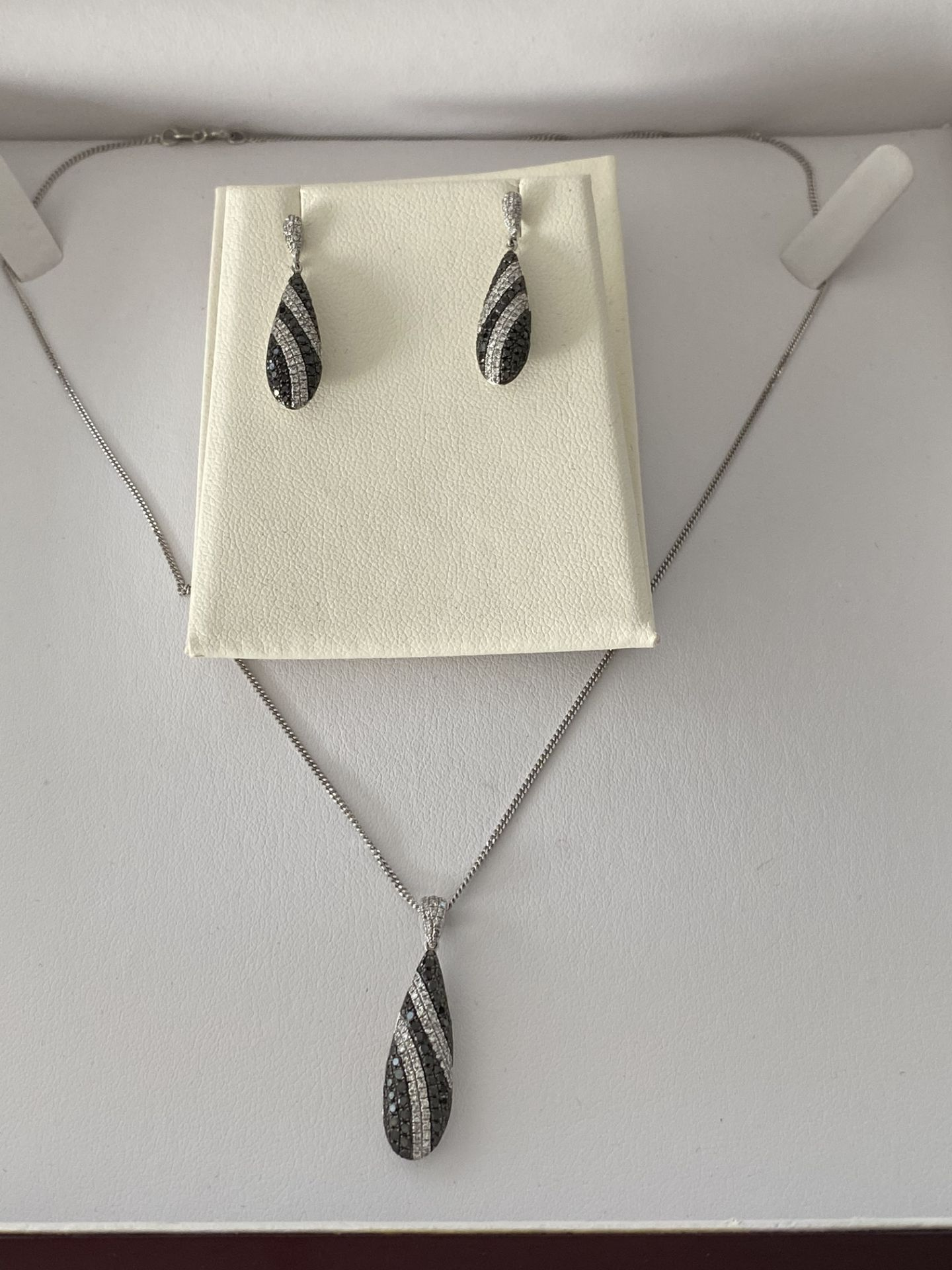 9ct GOLD 1.50ct BLACK & WHITE DIAMOND DROP EARRINGS WITH MATCHING PENDANT