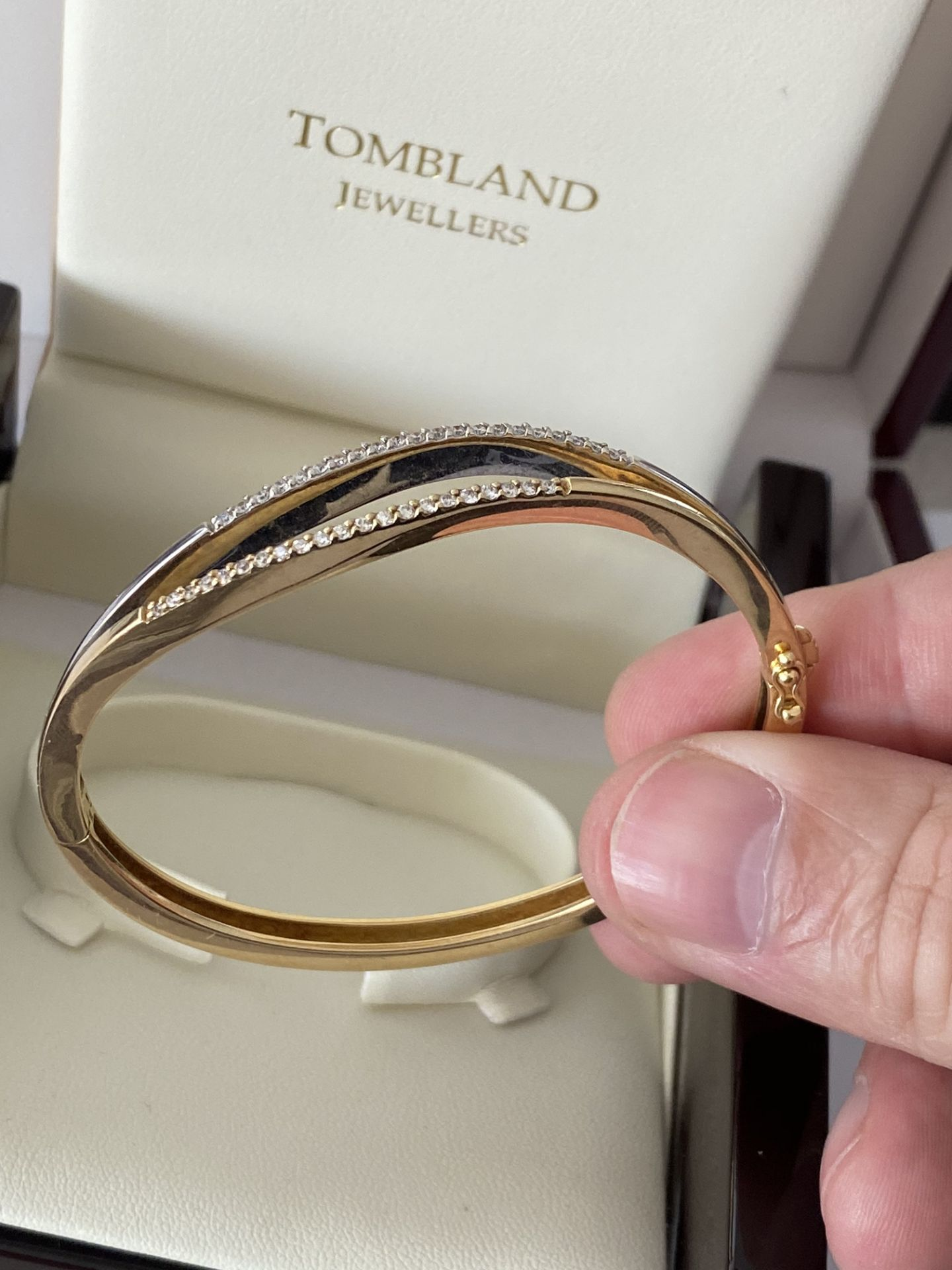 18ct GOLD DIAMOND SET HINGED BANGLE - Image 5 of 6