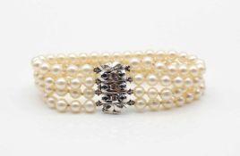 Armband aus 4 Reihen Zuchtperlen mit einem Schloß aus 585er Weißgold mit 6 Saphiren. Durchmesser