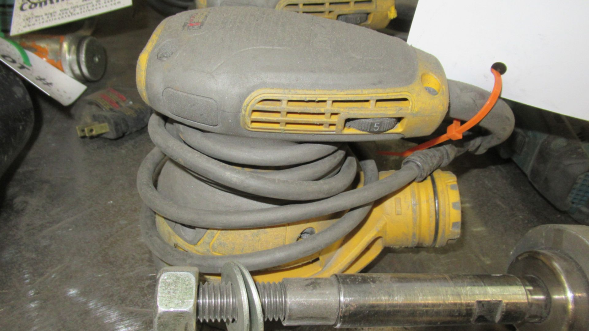 Lot 37 - LOT OF 4 ELECTRIC PALM SANDERS