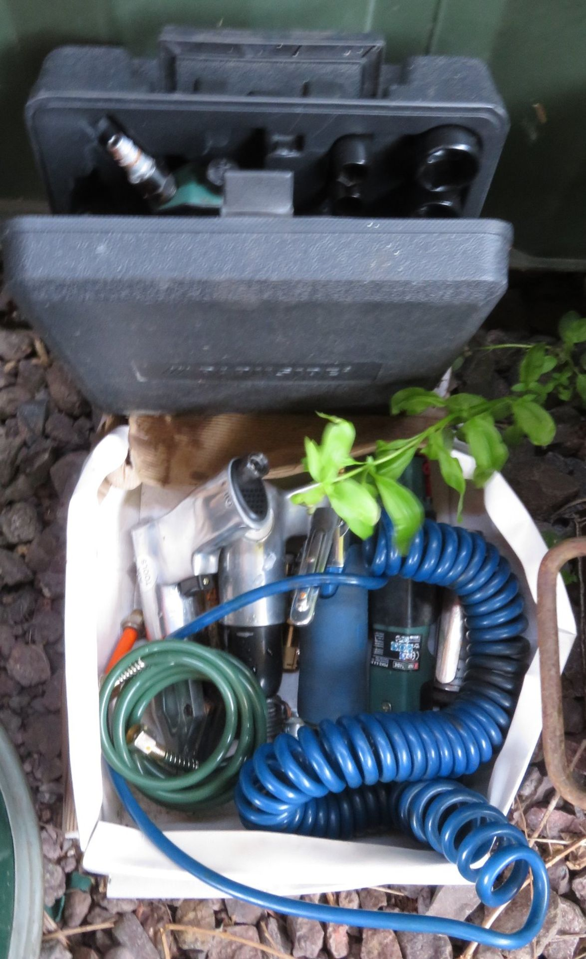 Lot 65a - Quantity of air tools including boxed airgun with sockets
