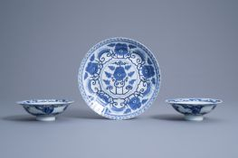 A Chinese blue and white plate and two bowls, 19th/20th C.