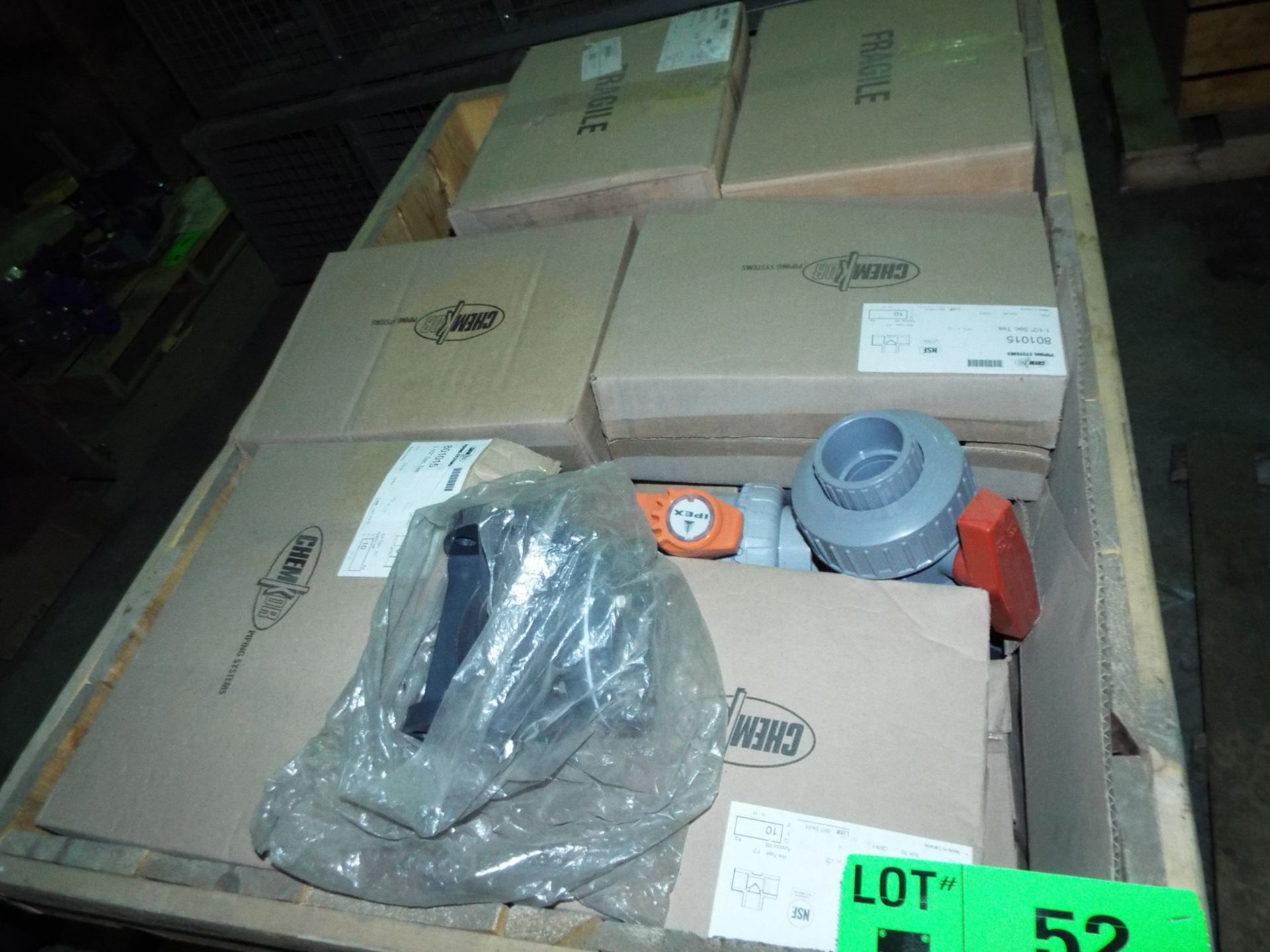 Lot 52 - LOT/ CONTENTS OF CRATE - ASSORTED CPVC FITTINGS (CRATE NS-3U)