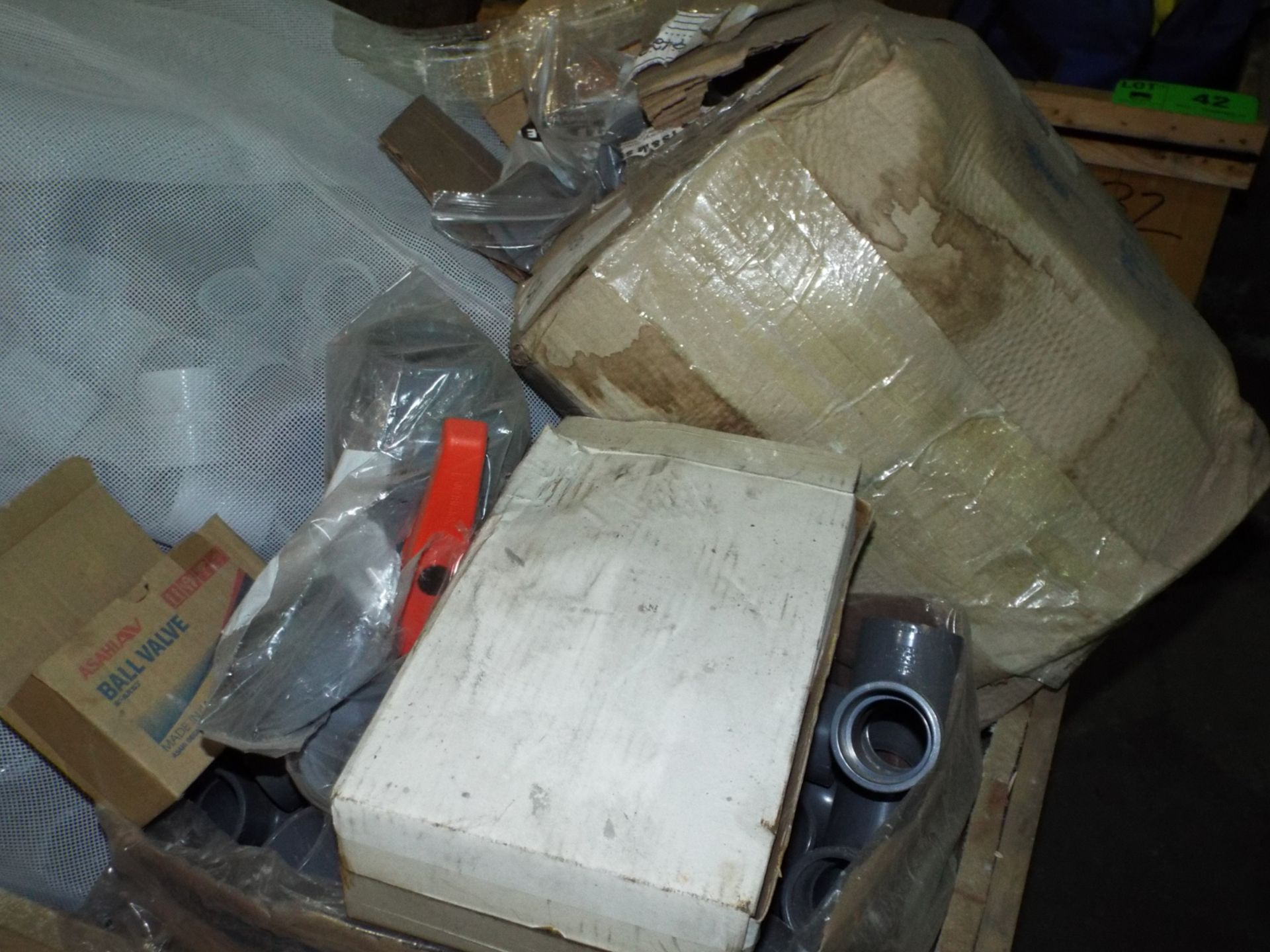 Lot 43 - LOT/ CONTENTS OF CRATE - ASSORTED PVC & CPVC FITTINGS (CRATE NS-3V)