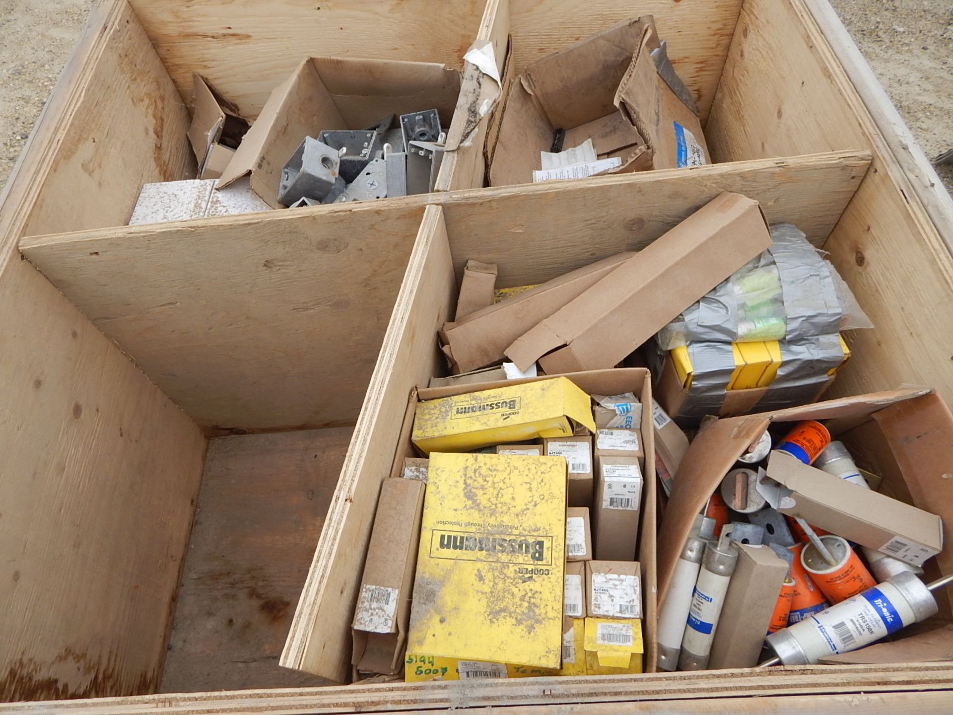 LOT/ CONTENTS OF CRATE CONSISTING OF ELECTRICAL AND LIGHTING HARDWARE - Image 2 of 2