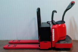 RAYMOND (2008) 8400 24V ELECTRIC RIDE-ON PALLET JACK WITH 6000 LB. CAPACITY, 5966 DRIVE HOURS (