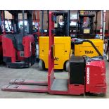 RAYMOND (2008) 8500 24V ELECTRIC RIDE-ON PALLET JACK WITH 6000 LB. CAPACITY, 6697 DRIVE HOURS (
