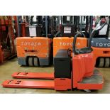 RAYMOND (2006) 8400 24V ELECTRIC RIDE-ON PALLET JACK WITH 6000 LB. CAPACITY, 4583 DRIVE HOURS (
