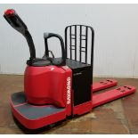 RAYMOND (2006) 8400 24V ELECTRIC RIDE-ON PALLET JACK WITH 6000 LB. CAPACITY, GENERAL BATTERY 24V