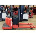 RAYMOND (2008) 8400 24V ELECTRIC RIDE-ON PALLET JACK WITH 6000 LB. CAPACITY, 5129 DRIVE HOURS (