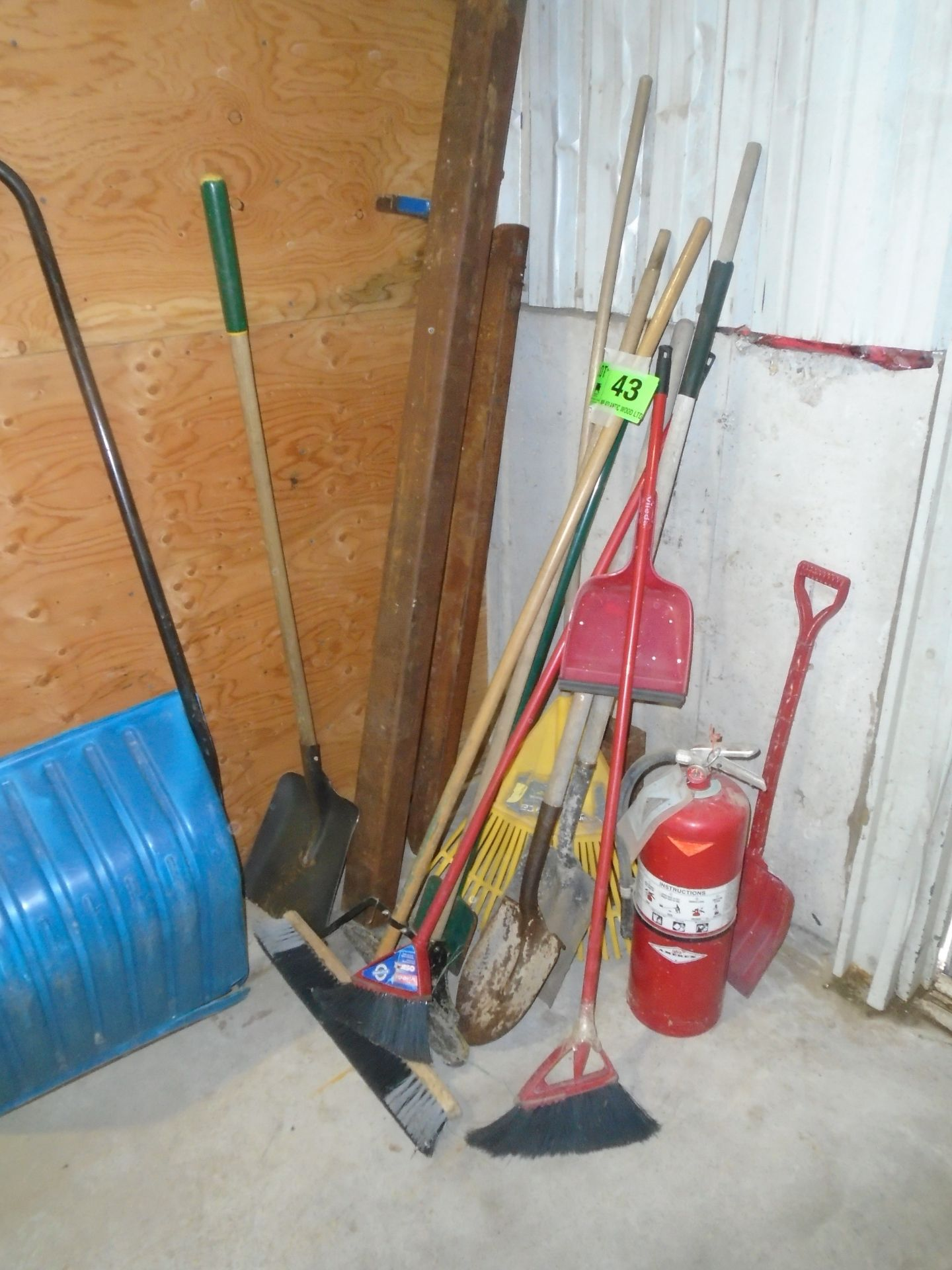 LOT/ SHOVELS, RAKES & BROOMS