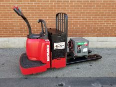 RAYMOND (2010) 8400 FRE60L 24V RIDE-ON ELECTRIC PALLET TRUCK WITH 6000 LB. CAPACITY, BATTERY