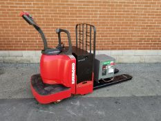 RAYMOND (2008) 8400 FRE60L 24V RIDE-ON ELECTRIC PALLET TRUCK WITH 6000 LB. CAPACITY, BATTERY