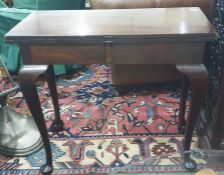 20th century tea tablein the Georgian-taste, mahogany with four legs with acanthus carving to the