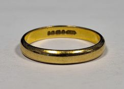 22ct plain gold wedding ring, approx 4.2g