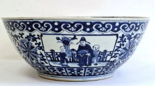 Chinese porcelain blue and white bowl, with four-character Qianlong mark (1735-1796), the interior