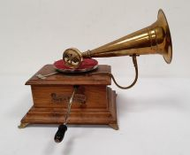 Varaphone table-top gramophonein wooden case with brass trumpet