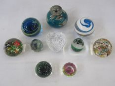 Mdina paperweight, Mdina vase with paperweight base and eight other paperweights (10)