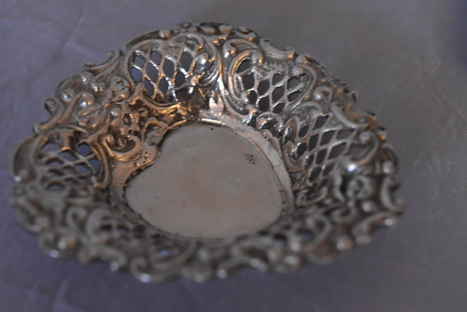 A pair of Continental pierced silver heart shaped bon bon dishes, marked 800. (97g) - Image 3 of 5