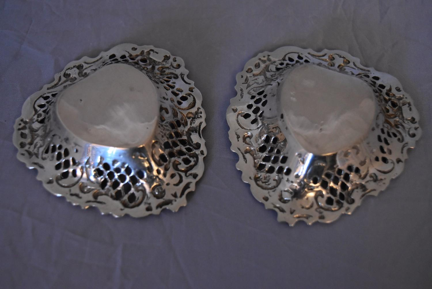 A pair of Continental pierced silver heart shaped bon bon dishes, marked 800. (97g) - Image 4 of 5