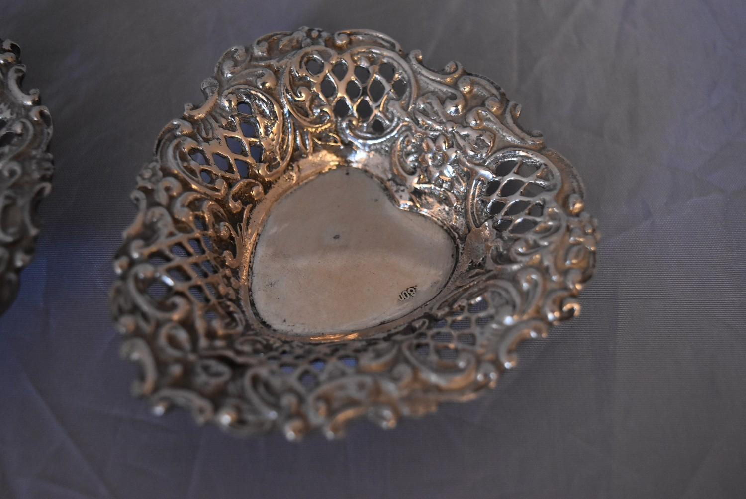 A pair of Continental pierced silver heart shaped bon bon dishes, marked 800. (97g) - Image 2 of 5