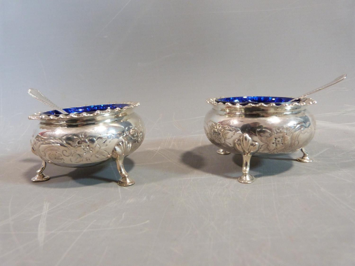 A silver floral cruet set. Hallmarked: CSG & Co. for Charles S Green & Co Ltd, Birmingham, 1954. Not - Image 9 of 11