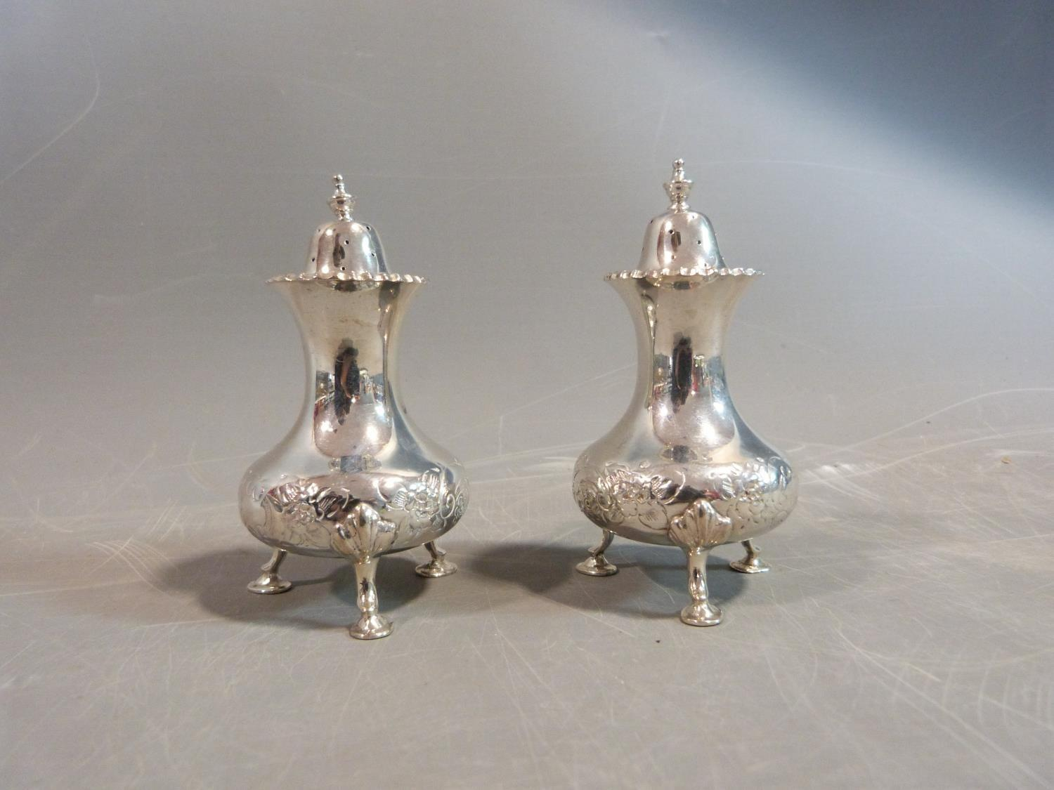 A silver floral cruet set. Hallmarked: CSG & Co. for Charles S Green & Co Ltd, Birmingham, 1954. Not - Image 2 of 11