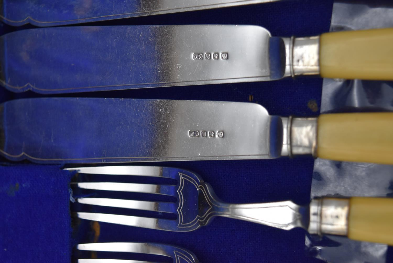 An oak cased set of twelve silver plated fish knives and forks by the Goldsmiths and Silversmiths - Image 6 of 10