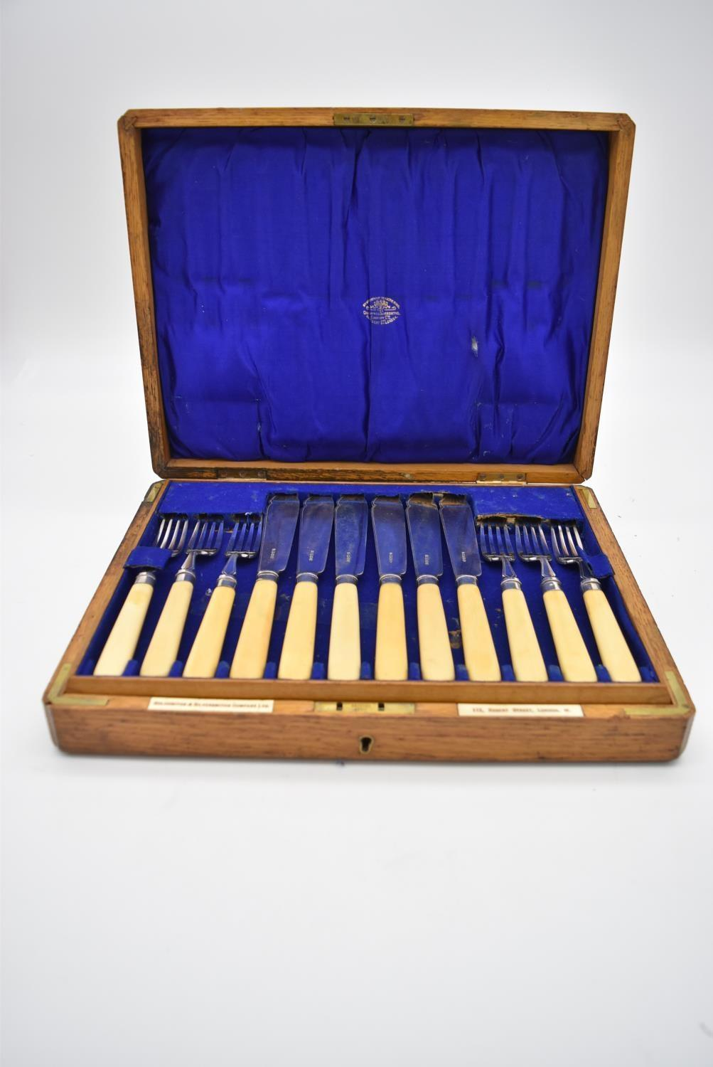 An oak cased set of twelve silver plated fish knives and forks by the Goldsmiths and Silversmiths - Image 4 of 10