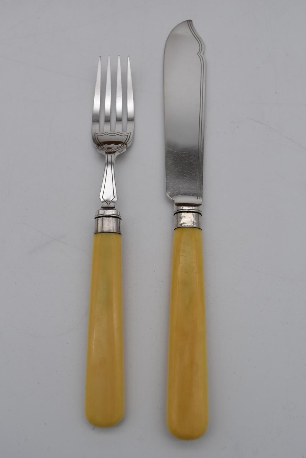 An oak cased set of twelve silver plated fish knives and forks by the Goldsmiths and Silversmiths - Image 9 of 10
