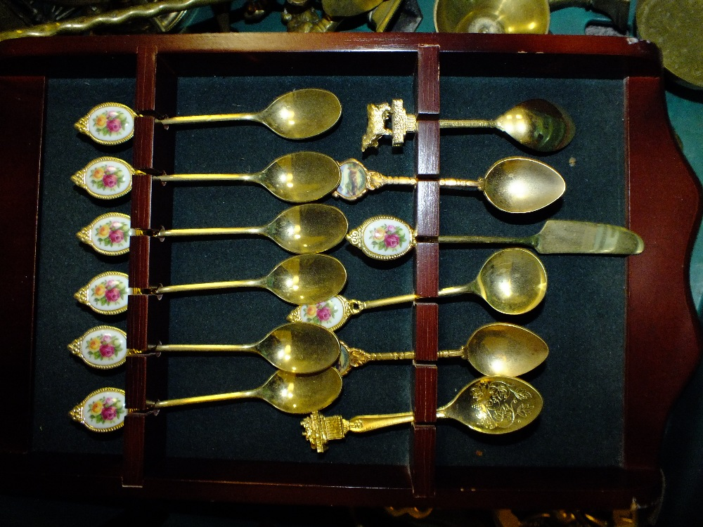 Lot 173 - A TRAY OF BRASSWARE TO INCLUDE A COLLECTION OF SPOONS, HORSE BRASSES, BELLS ETC (TRAY NOT INCLUDED)