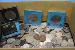 A QUANTITY OF ASSORTED COINS TO INCLUDE SHILLINGS, COMMEMORATIVES ETC.