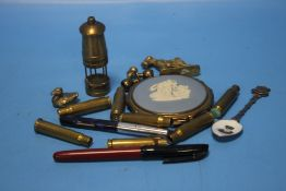 A TRAY OF COLLECTABLES TO INCLUDE A MINIATURE MINER'S LAMP, COMPACT ETC.