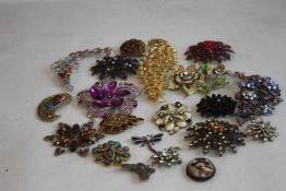 A COLLECTION OF VINTAGE BROOCHES