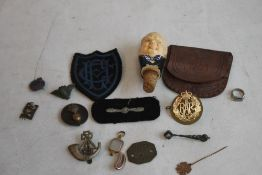 A CIGAR BOX OF COLLECTABLES, to include military badges, Trench Art rings, a Churchill bottle
