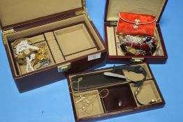 A COLLECTION OF ASSORTED COSTUME JEWELLERY