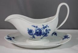 Sauciere, Meissen, Schwertermarke, blaues florales Aquatinta-Dekor, 2 Schleifstriche, H-16cm B-